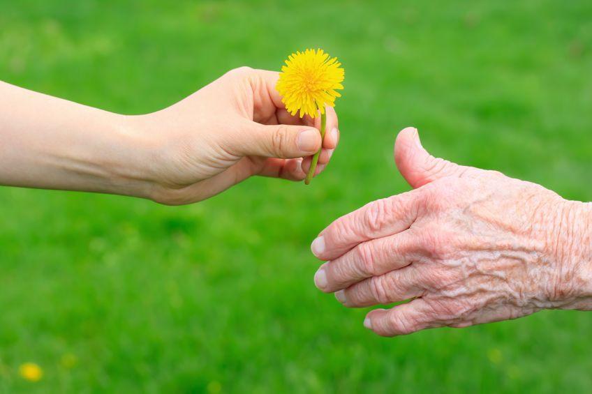 יש אי שם, מישהו חושב עליך- חשיבות המחוות לקשישים